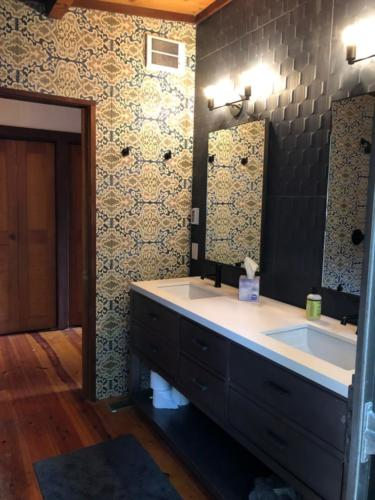 finished bathroom at deer Meadow 2 different walls